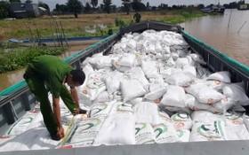 警方在小艇上查獲寫有外文及盛砂糖的2000個白色麻袋。(圖源:進尋)