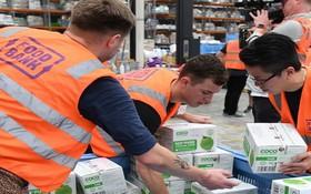 澳洲食物銀行工作人員為申請人準備食物分配。(圖源:AAP)
