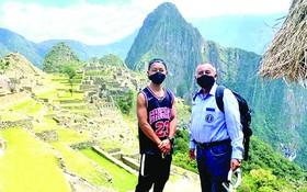 男子片山(左)遊覽馬丘比丘。(圖源:互聯網)