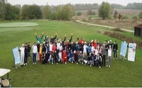 參賽的高爾夫球手合影。