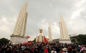 """成千上萬要求""""變法""""的反政府示威者和支持君主立憲制度的""""保皇派""""兩大陣營同日聚集在曼谷民主紀念碑周圍及附近街道,表達各自立場和訴求。 (圖源:路透社)"""
