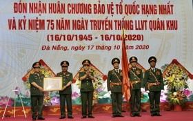 受國家主席的委托,國防部副部長黎詹上將(左三)向第五軍區武裝力量授予一等捍衛祖國勳章。