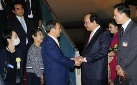 政府辦公廳主任梅進勇部長親臨機場迎接日本首相菅義偉偕夫人。(圖源:越通社)