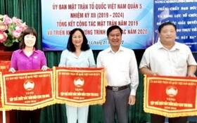 陳月梅女士(左二)領取第五郡祖國陣線委員會頒發競賽錦旗。