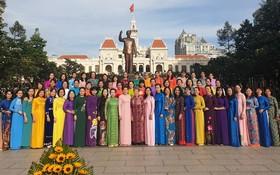 市婦聯會主席阮陳鳳珍與各郡、縣婦女共同拍照留念。