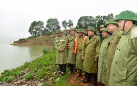 政府副總理鄭廷勇(中)親往視察畫木湖狀況。(圖源:美霞)