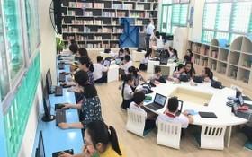 新平郡棟多學校學生在智能圖書館閱讀。