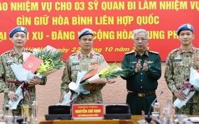 國防部副部長阮志詠上將(右二)向前往南蘇丹與中非共和國參與聯合國維和行動的軍官頒授國家主席《決定》並贈送鮮花祝賀。(圖源:VGP)