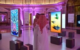 10月21日,沙特舉行全球人工智能峰會,參觀者在峰會上觀看藝術展。(圖源;新華社)