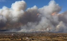 """當地時間10月22日,美國科羅拉多州格蘭比市郊外,一場名為""""East Troublesome Fire""""的山火持續肆虐,從遠處眺望,大火引發的濃煙鋪天蓋地而來。(圖源:互聯網)"""