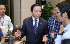 資源與環境部長陳紅河在會議小休時接受記者採訪。(圖源:光福)