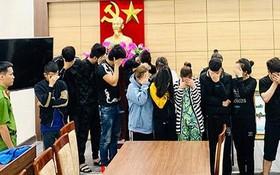 詐騙客戶團夥中的12名嫌犯被逮捕歸案。(圖源:V.Huy)