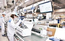 越南大金股份公司的工人在空調生產線上組裝空調。