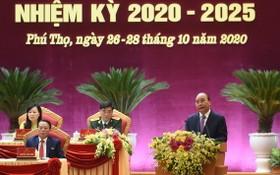 政府總理阮春福(右)在大會上發表指導意見。(圖源:光孝)