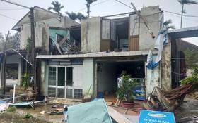 數百間民房的鐵皮屋頂遭颱風吹掀,到處一片狼藉。(圖源:阮強)