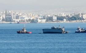 """五萬噸貨輪撞上750噸軍艦,軍艦被攔腰""""切""""成兩半。(圖源:視頻截圖)"""