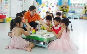 """福門縣泰三村鄉的""""九‧二""""幼兒園學生在上課。"""