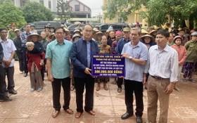 黨中央政治局委員阮善仁(前左二)親往廣平省慰問災民並贈送禮物。