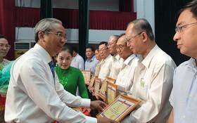 第五郡人委會主席范國輝頒發獎狀給各華人會館。