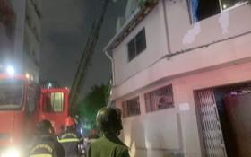 消防力量聞訊後趕抵現場,使用雲梯車解救被困在酒店裡的人。(圖源:黃順)