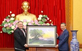 公安部長蘇霖大將(右)向美國國務卿邁克爾‧蓬佩奧贈送紀念品。(圖源:成南)