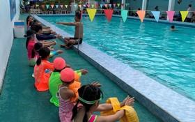 少兒在藍山泳池參加普及游泳技能。