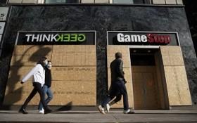 美國紐約一些商店均用木板加固了門窗,避免騷亂者在選舉後出現混亂與動盪時對商店進行掠奪。 (圖源:彭博社)