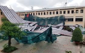 平富高中學校的樓梯區域天花板塌下造成一片零亂的景象。(圖源:明幸)