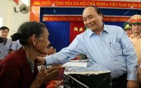 政府總理阮春福親往看望並慰問廣南省山城縣三光鄉災區同胞。