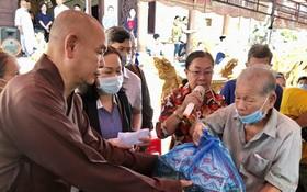 第八郡紅十字輔助會會長釋慧功上座向貧困長者贈送禮物。
