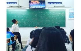 范黎清老師在一次上課中給學生觀看酸雨的視頻。