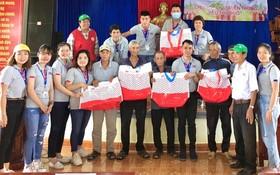 越南MM Mega Market 慈善團向廣南省災民贈送慰問品。