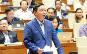 資源與環境部長陳紅河回答國會代表所關注問題。(圖源:越通社)