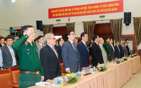 與會代表舉行升國旗儀式並向國旗致敬。(圖源:越通社)