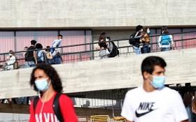 佩戴口罩的學生走在葡萄牙大里斯本區的一所中學內。(圖源:新華社)
