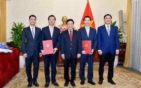 政府副總理、外交部長范平明(中)向任命的總領事頒授《決定》並合影留念。(圖源:VOV)
