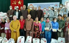 本市慈善團向承天-順化省的災民贈送禮物。