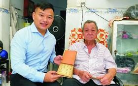黎君然(右)向陳列室捐贈求學時期的紀念冊。