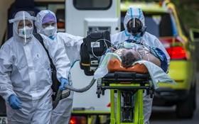 醫護人員送患者前往醫院。(圖源:Getty Images)