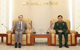 國防部副部長黃春戰上將(右)接見中國駐越南特命全權大使熊波。(圖源:紅玻)