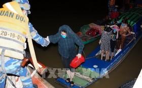 被發現非法入境的婦女獲邊防部隊人員扶上岸。