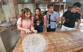 遊客正在瞭解米麵生產過程。