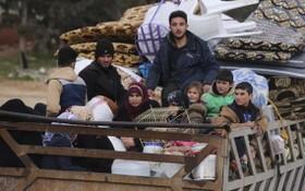 圖為2020年1月27日敘利亞難民逃離再次爆發的戰鬥。(圖源:AP)