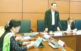 市委書記阮文年在分組討論發表意見。