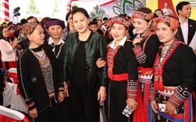 國會主席阮氏金銀(前左二)出席盛會並與少數民族同胞合影留念。(圖源:越通社)