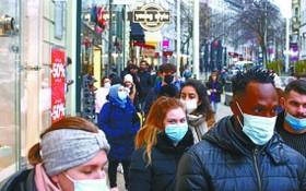 11月14日在奧地利維也納,人們在商店外排隊購物。(圖源:路透社)