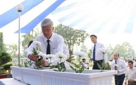 市人委會副主席武文歡(左)同各位市領導出席儀式並獻上白色菊花緬懷交通事故罹難者。(圖源:黃安)