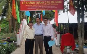 平仙公司董事長助理尤俊傑(右一)參加橋樑落成儀式。