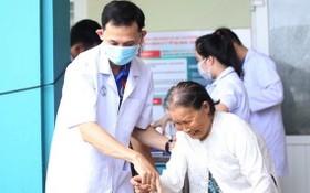 醫生們向廣南省昇平縣民眾贈醫施藥。