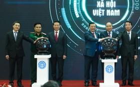 政府總理阮春福(右二)與各代表出席啟動儀式。(圖源:光孝)
